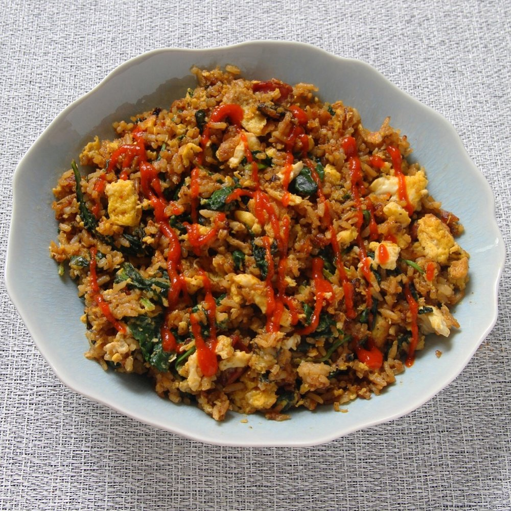 Weekend leftovers lunch: I whipped up the last bit of fried rice from Thursday and added in extra kale, eggs, rice, and a little sriracha drizzle. Perfect lunch.