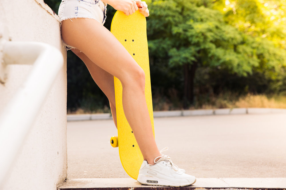 closeup-portrait-of-female-legs-with-skateboard_rtNgrroTrs.jpg