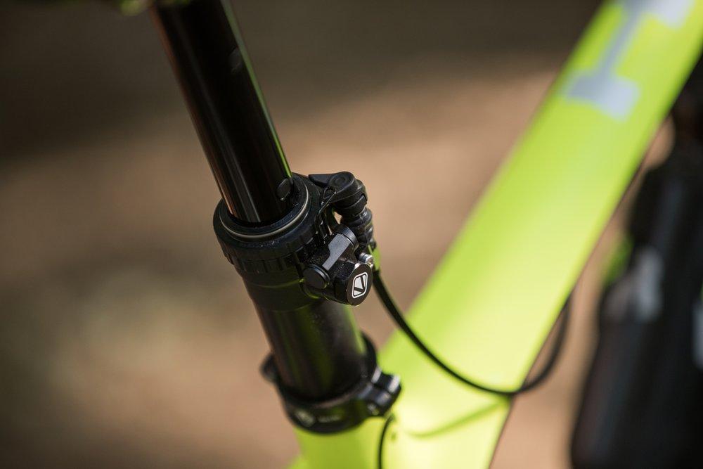 Die absenkbare Sattelstütze Vecnum moveLOC ist kompatibel für alle Bikes.