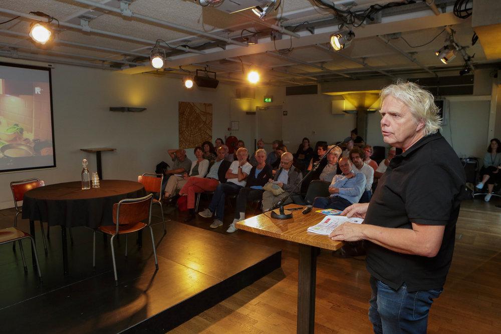 Johan Janssens is bestuurder bij 'Opzoomer Mee', een burennetwerk in de straten van Opzoomeren waar mensen elkaar hulp geven.