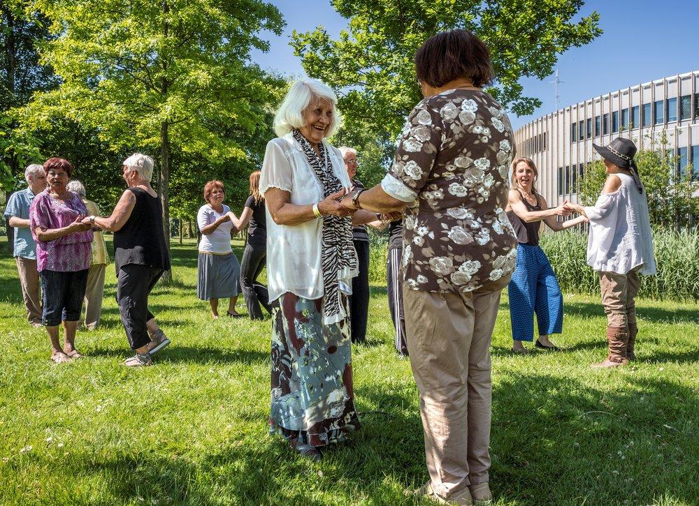 De wekelijkse lessen voor senioren Gouden Dans, ofwel de Cubaanse Danzon, in het Bijlmer Parktheater, georganiseerd door Humanitas.