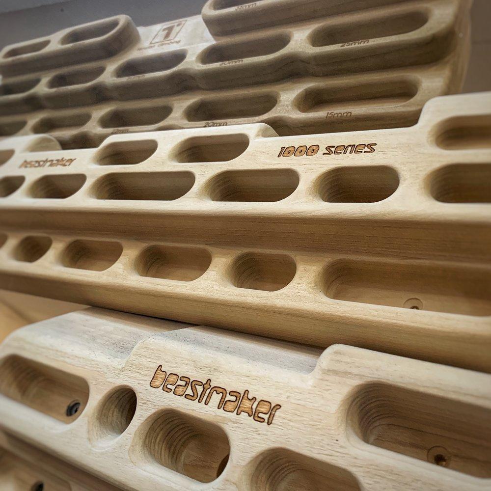 Tre forskellige hangboards, Tension Climbing Grindstone, Beastmaker 1000 og Beastmaker 2000