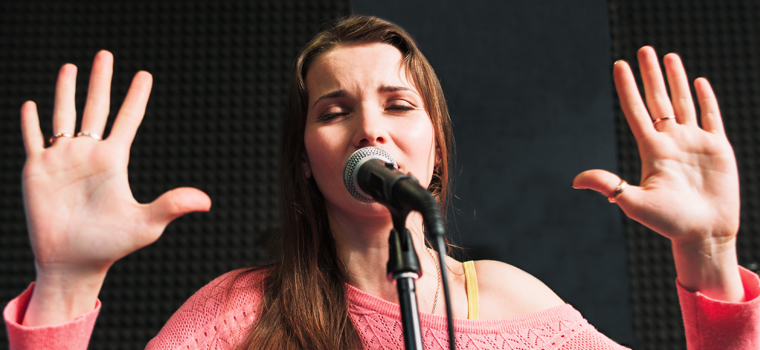 I love gravely, half heard consonants from time to time, but today's singers are often missing a true emotional connection to their songs –says Janine Le Clair.
