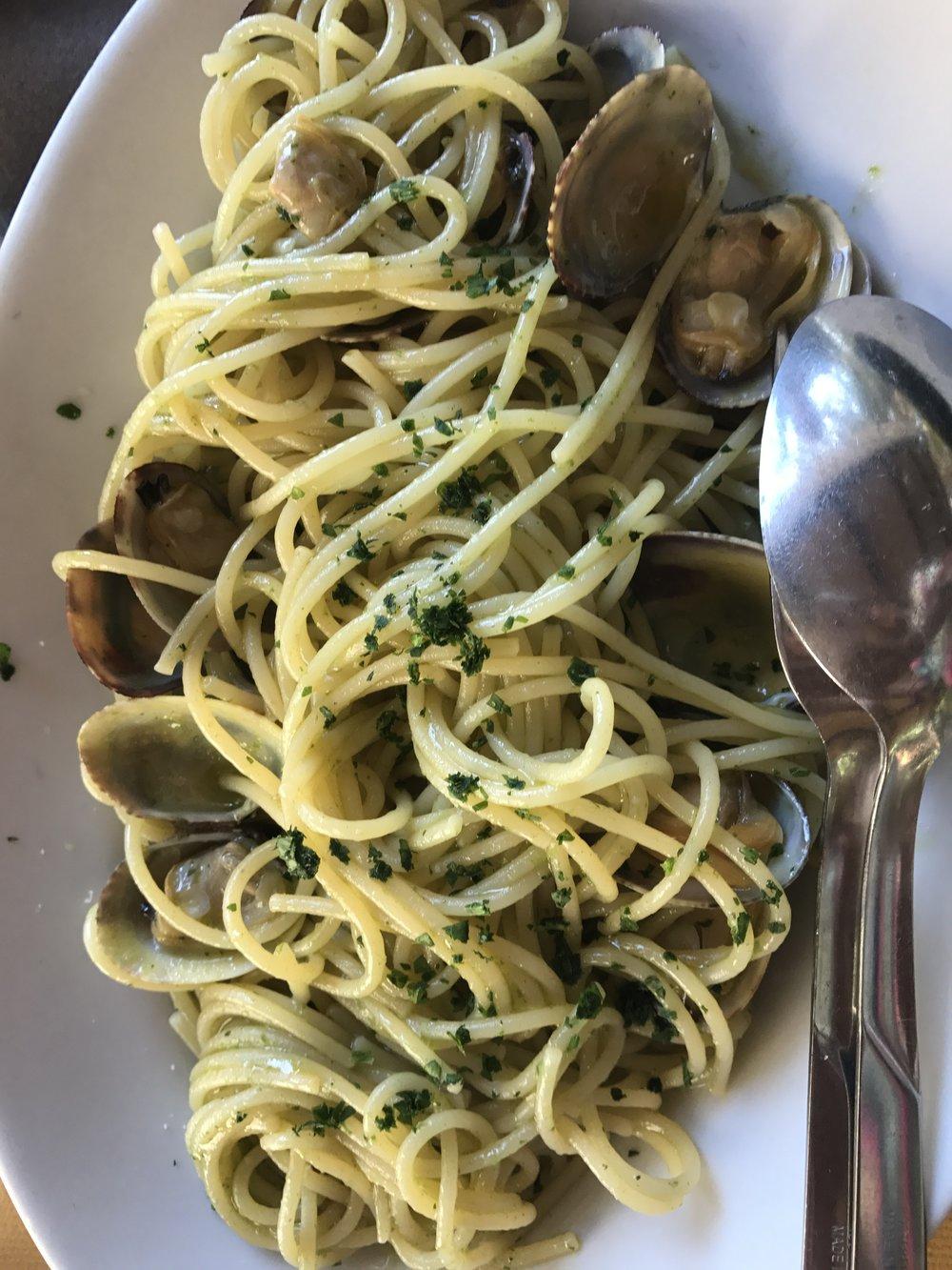 Spaghetti à la Vongole (clams, white wine &garlic sauce, parsley)