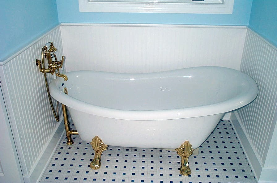 Old-fashioned style bathroom with ball and claw bathtub