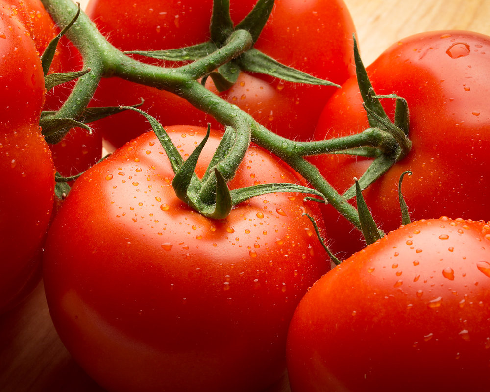 5-red-tomato-produce-stem-fruit-vegtable-fresh-droplet-dew-wash-clean-professional-product-commercial-photograper-high-quality-photography-daniel-buehler-danbcreative-cooking-chef.jpg
