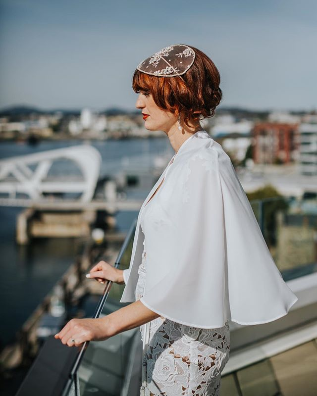 That hairpiece💥That cape💥 Whitney's wedding day look was so stunning! #weddingcape #yyjwedding #victoriabcwedding #yyjweddingphotographer #tribearchipelago #fallwedding #junebugweddings #pnwedding