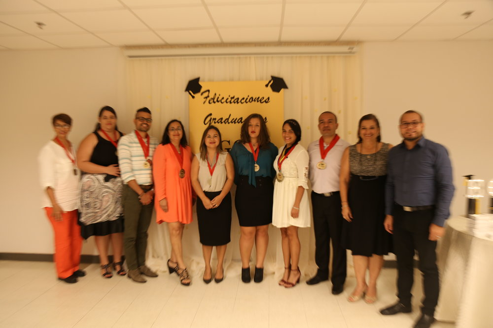Estudiantes distinguidos junto a la presidenta, Madeline Torres Santiago y el tesorero, Luis Joel Crespo González