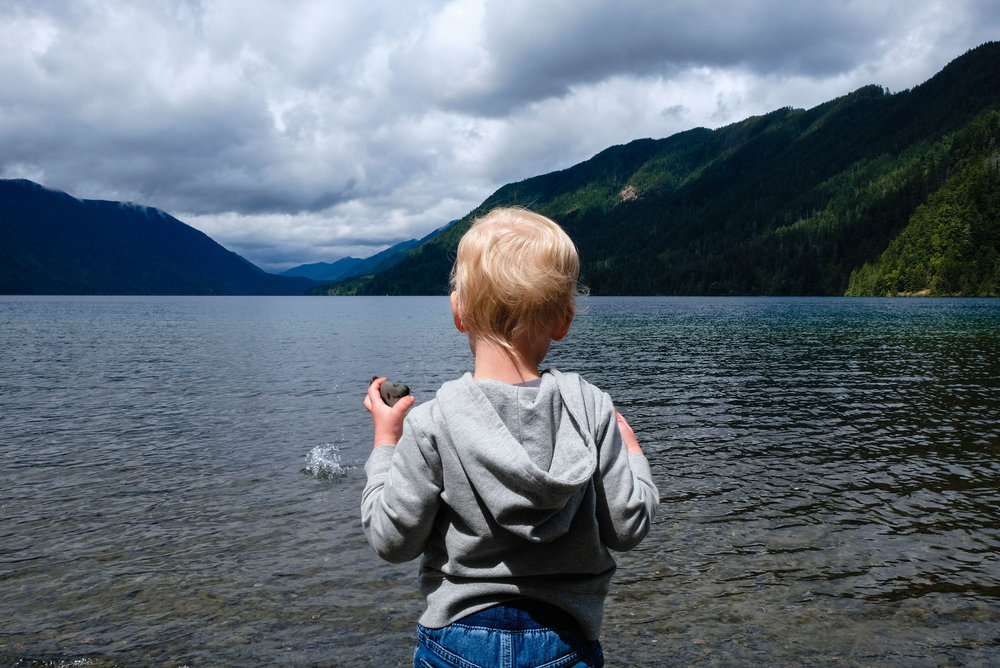 toddler boy throwing rocks into water seattle family photographer