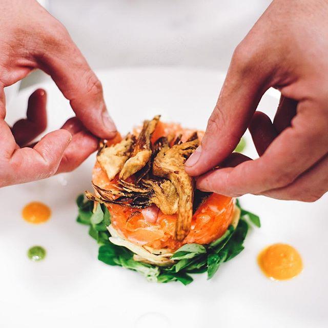 #RomoloAlCentro – Siamo andati in cucina... e lo chef stava preparando una tartare con i carciofi pazzesca! ✨