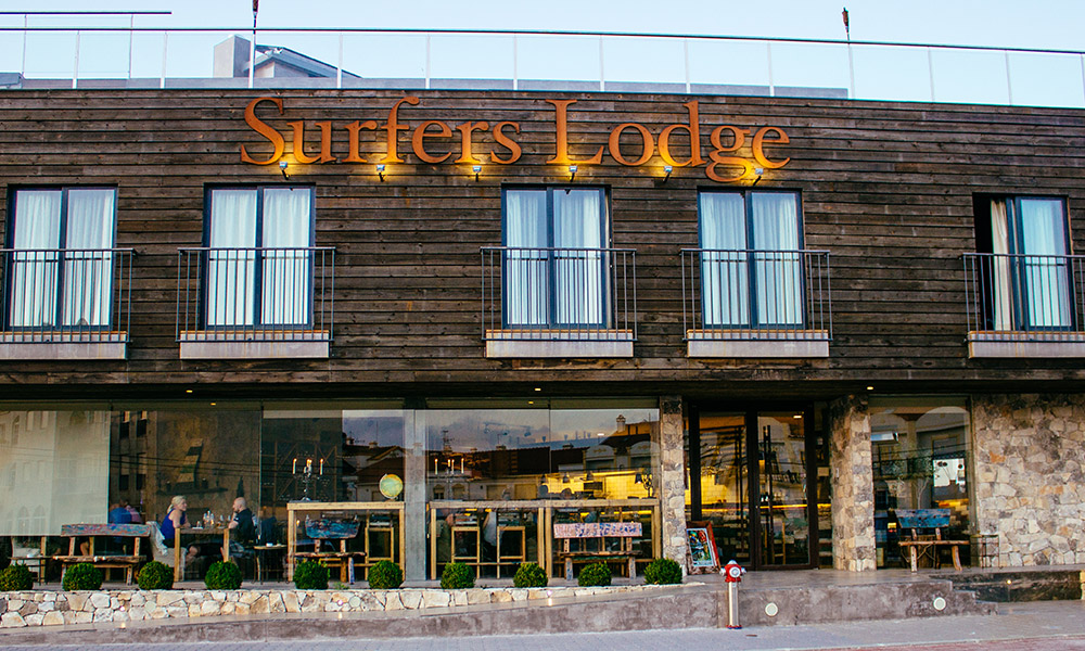 surfers-lodge-peniche-building-branding-by-flower-hell.jpg