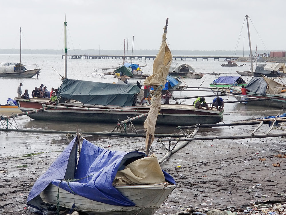 Daru shore boats3.jpg