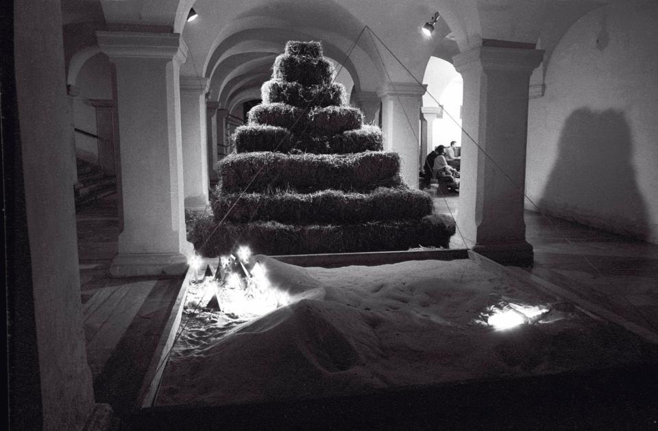 """Piaskownica (instalacja w ramach wystawy """"Apokalipsa, światło w ciemności"""") Warszawa, 1984"""