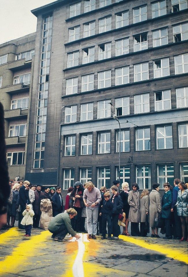 """""""Przystanek Taxi"""" akcja rytualna Wrocław, 1972 fot. Pracownia Działań Dokumentacji i Upowszechniania"""