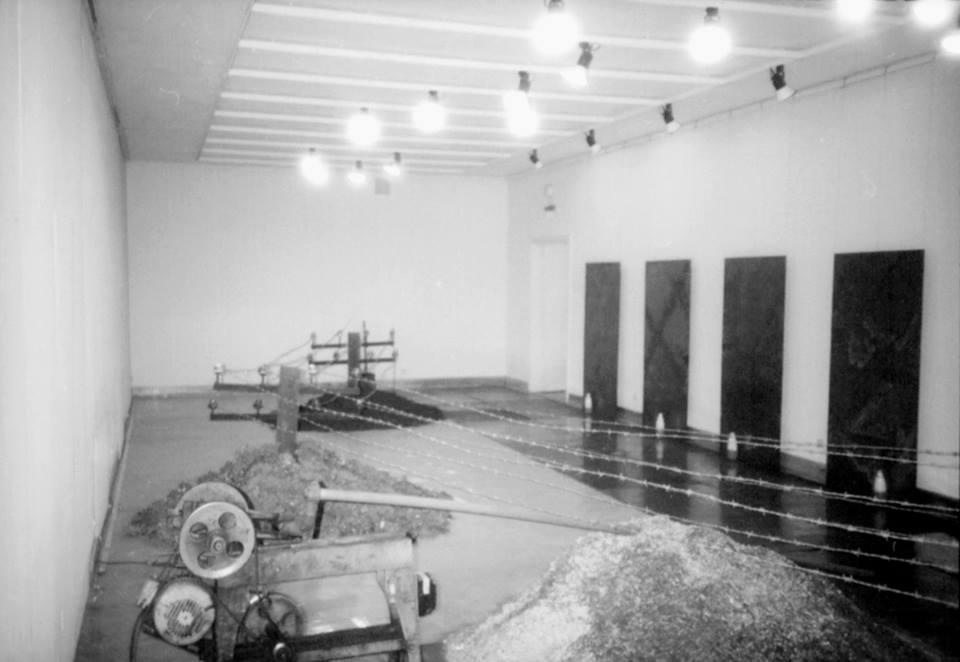 """""""Suka w dygocie"""" - instalacja """"Dzień dobry"""" - instalacja Galeria Studio, Warszawa, 1989 Foto. Erazm Ciołek"""