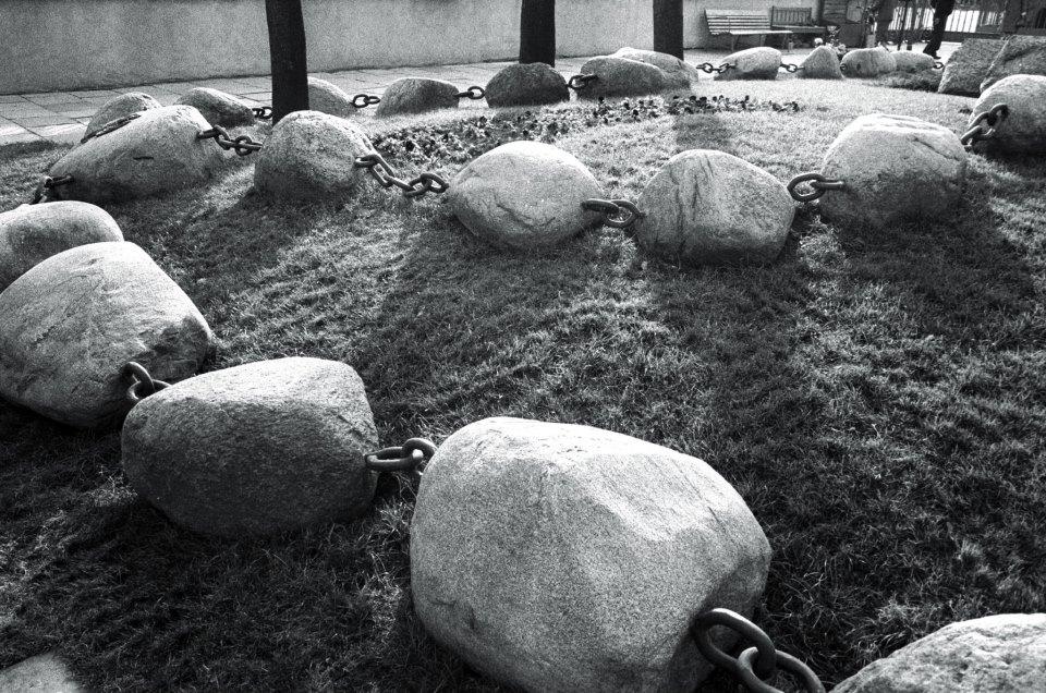Grobowiec x. Jerzego Popiełuszki przy kościele św. Stanisława Kostki Warszawa, 1996 fot. Anna B. Bohdziewicz