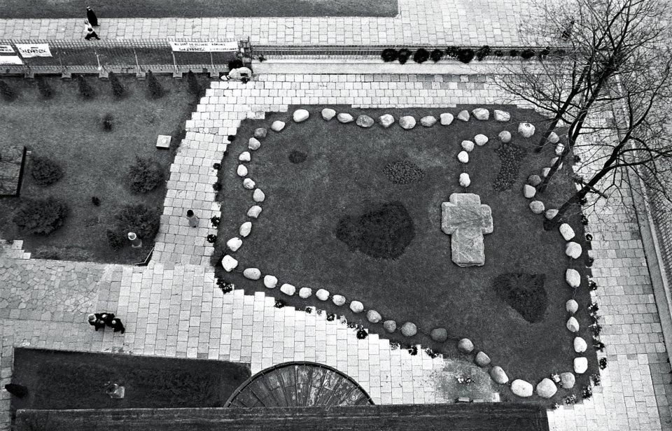 Grobowiec x. Jerzego Popiełuszki przy kościele św. Stanisława Kostki Warszawa, 1996 fot. Erazm Ciołek