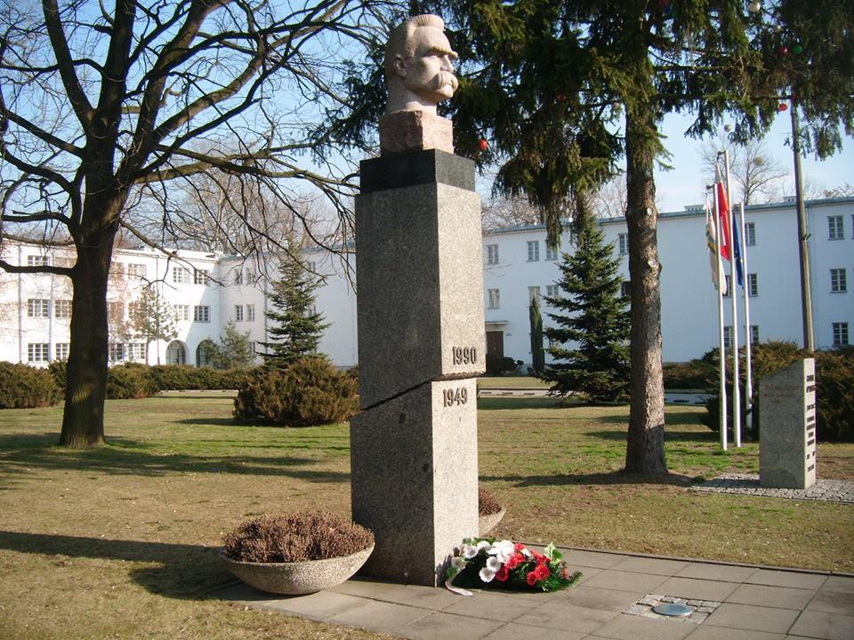 Pomnik Józefa Piłsudskiego na terenie Akademii Wychowania Fizycznego w Warszawie. Autor rzeźby: Alfons Karny Autor cokołu: Jerzy Kalina