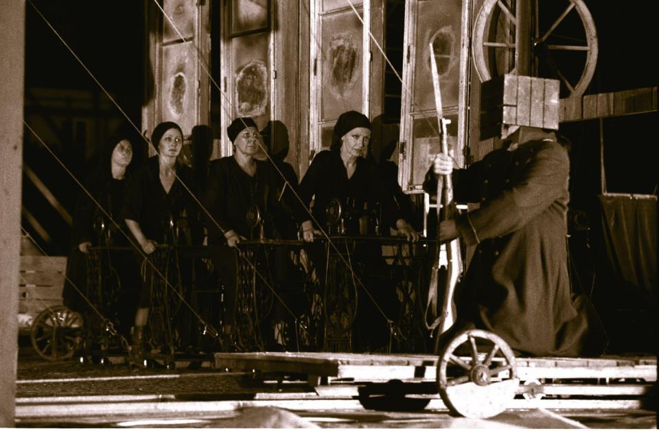"""""""Pielgrzymi i tułacze"""" Reżyseria, scenografia, kostiumy - J. Kalina Muzyka - Jan A.P. Kaczmarek Warszawa, 1989 fot. Jarosław M. Goliszewski / AA / EPOKA"""