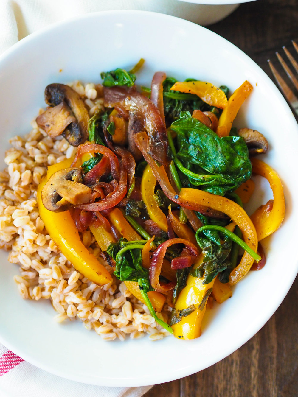 Black Pepper and Lemon Sauteed Vegetables with Farro! Saute peppers, mushrooms and red onions with lemon juice and tons of black pepper, and serve over whole grain farro for a yummy vegan meal!