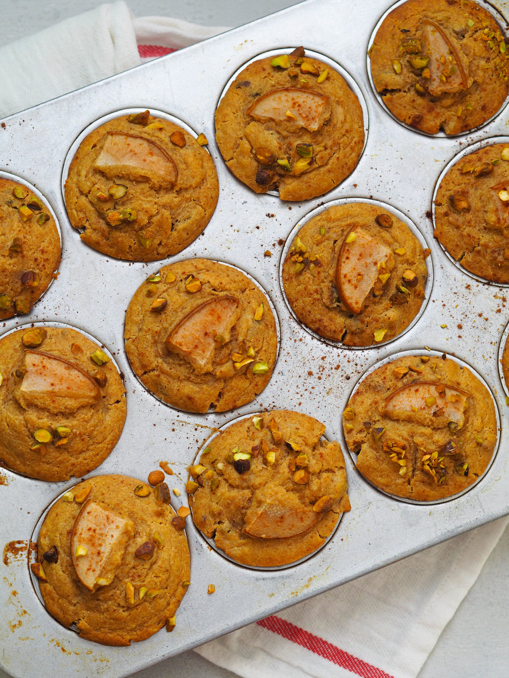These honey pear pistachio muffins with quinoa flour are packed with fiber and protein so they'll actually satisfy! #baking #healthyrecipe #muffin #wholegrain #lowsugar