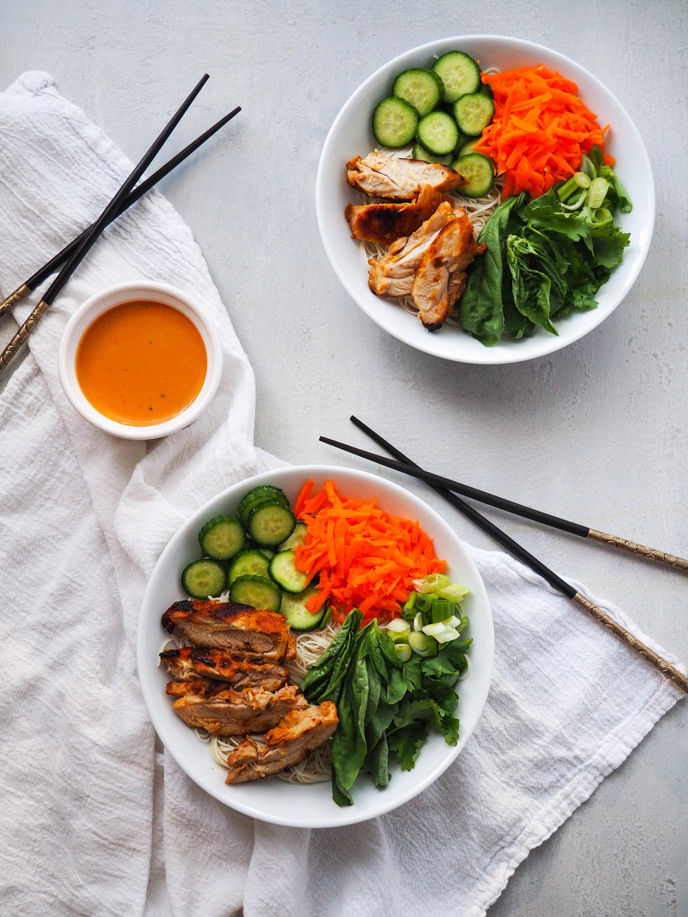 This noodle bowl with lemongrass chicken and peanut sauce can be prepped in less than 30 minutes! Perfect make ahead lunch for the weekend! #noodle #noodlebowl #glutenfree #chicken #salad #lunch #makeahead