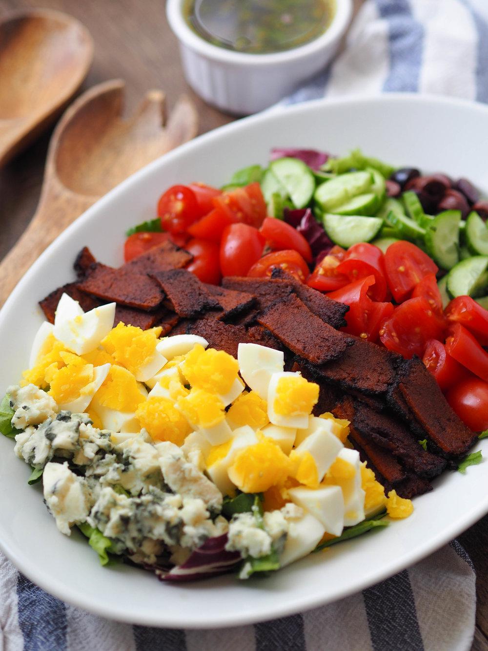 Make this vegetarian BLT inspired salad with tempeh bacon! #vegetarian #salad #blt #healthyrecipe