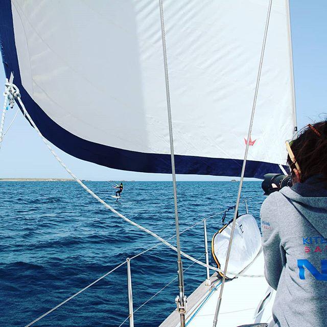 Vivi un'esperienza unica a bordo di una barca a vela, sulle splendide acque del mare di Sardegna con l'assistenza per praticare #kitesurfing #sup #diving #snorkeling ... contattaci foto by @roberta_pala_bibi