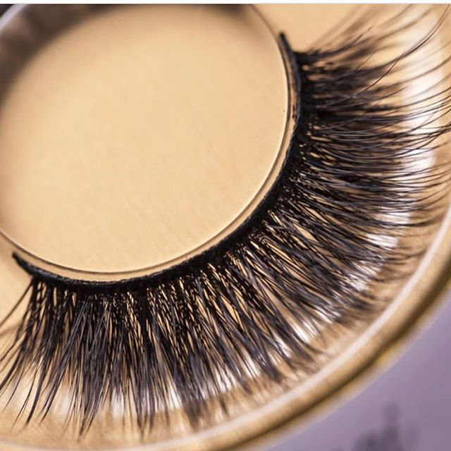 Ladies get your mink lashes to enhance your eye look. Available now on www.siretcosmetics.com style: (Flo) #mink #minklashes #fauxminklashes #siret #siretcosmetics #makeupartist #makeupjunkie