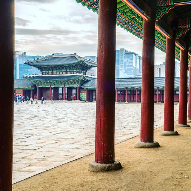 Pillars make good patterns. #tgif #travel #art #sky #city #wood #water #sea #temple #landscape #korea #kor #southkorea #gyeongbokgung #temple