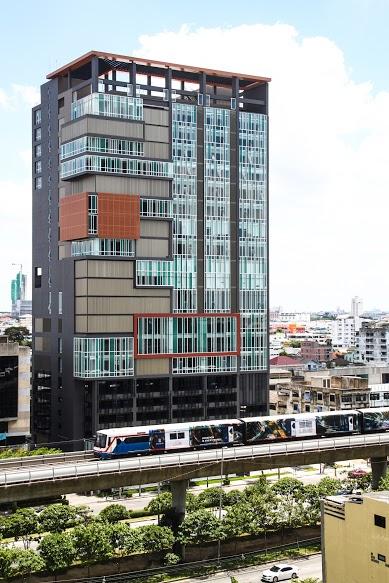 สถานที่จัดงาน อาคาร KX (KnowledgeExchange) ชั้น 10 ตึกอยู่ระหว่าง BTS สถานีกรุงธนบุรี และ สถานีวงเวียนใหญ่ การเดินทาง 1.ลง BTS สถานีกรุงธนบุรี ลงทางออก 2 แล้วเดินตรงไปทางปั้มน้ำมันบางจากก็จะเจอ KX 2.ลง BTS สถานีวงเวียนใหญ่ ลงทางออก 4 แล้วเดินตรงไปทางสะพานตากสินก็จะเจอ KX