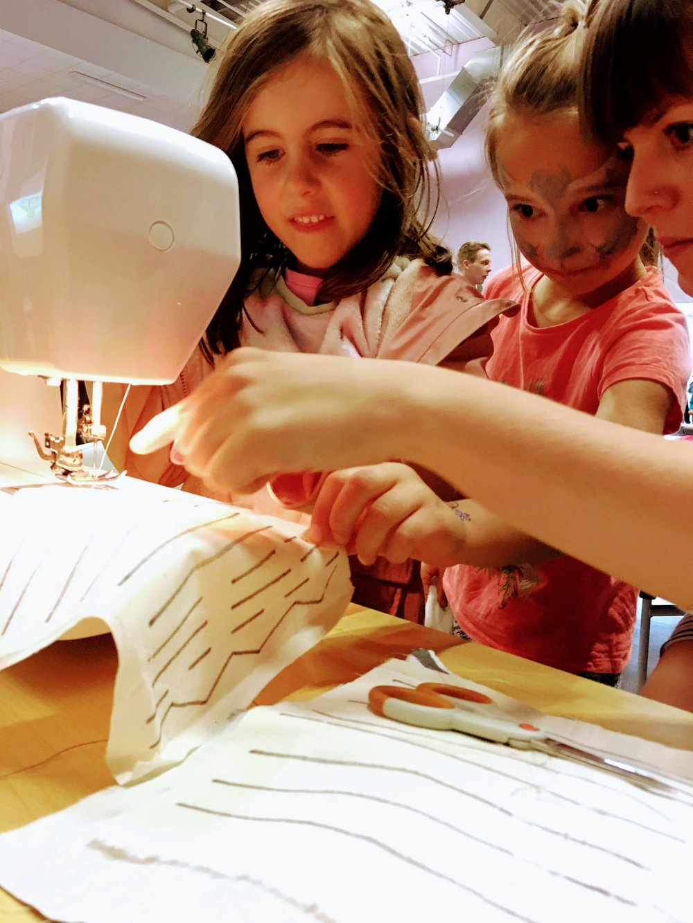 REmode club - fashion course for kids - Have your children shown interest in fashion design and sewing? In our studio, they can try it out themselves with our help!