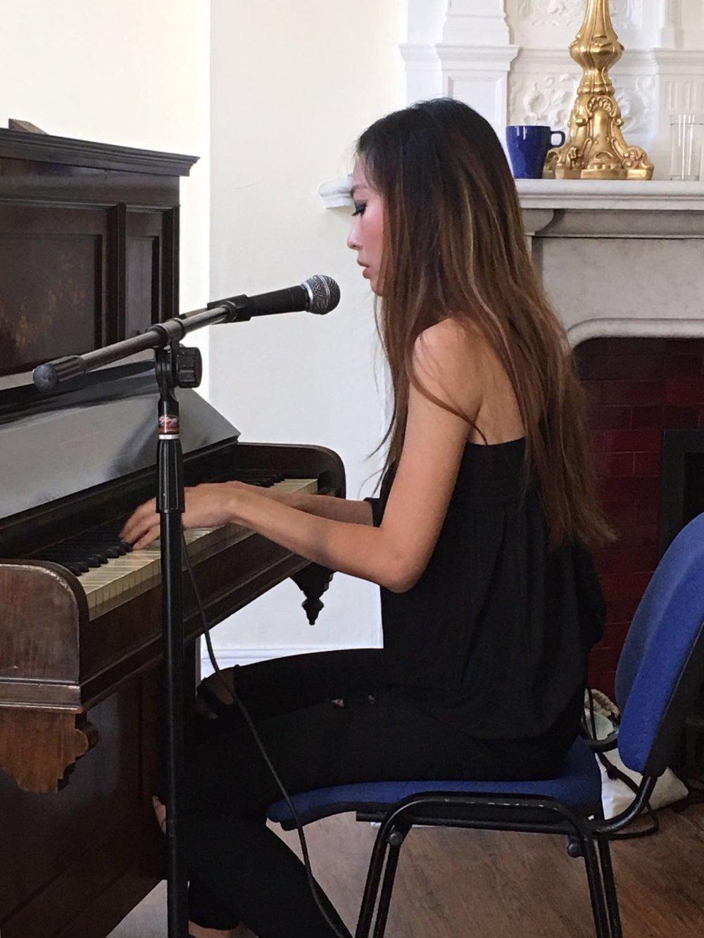 演出側拍:第一次彈古董鋼琴