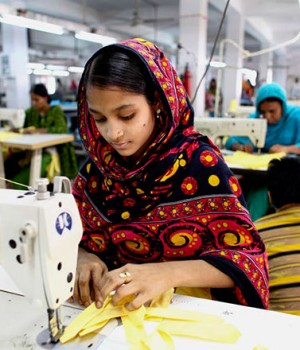 garment-workers-in-bd-india-using-cellphones-to-report-misuses-300x350.jpg