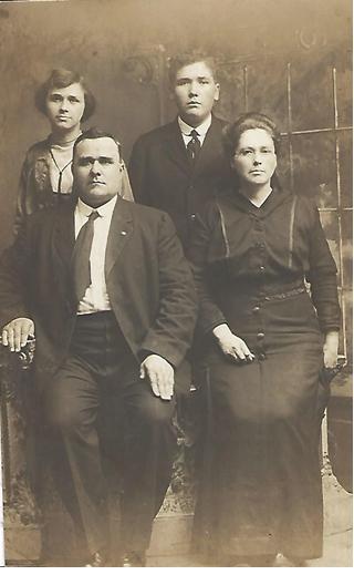 Dehart Family 1915.png