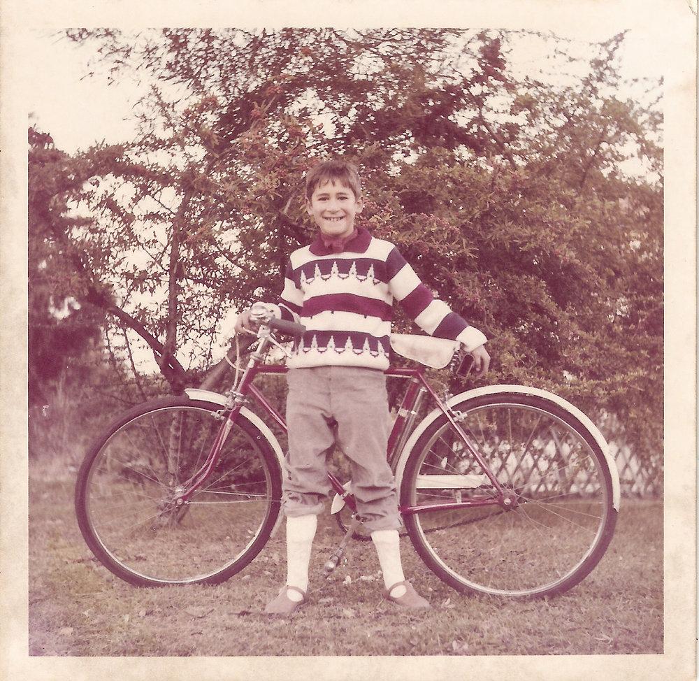 Lisbon Cycling: Um Site quetem como principal objectivo a divulgação da Cultura da Bicicleta em Portugal e no Mundo. Chamo-me Artur e gosto muito de bicicletas. Sempre gostei muito de bicicletas. Não percebo nada da mecânica delas, atabalhoadamente consigo mudar uma camara de ar quando fura. E um pneu vá. Gosto também muito de ciclistas.. E de tudo o que gira á volta deles e delas, das bicicletas. Durante os ultimos 9 anos acompanhei a evolução do ciclismo urbano em Lisboa num Blogue sobre Lisboa. Este é um site pessoal de uma pessoa que se diverte a fotografar biciclelas e a andar nelas. Nesta foto estou eu com a minha primeira bicicleta, uma VILAR IMPERIAL vermelha, marca Portuguesa, oferecida pelo meu Pai e que me permitiu descobrir um novo mundo. Foi um dos dias mais felizes da minha vida. Mundo esse que ainda hoje continuo a explorar e onde continuo a aprender tantas coisas. Mundo de que cada vez mais gosto. Aqui as bicicltas e os ciclistas são um só, aqui se fala de todo o tipo de ciclismo e sobretudo da cultura da Bicicleta coisa infelizmente pouco conhecida e respeitada em Portugal. De todo o tipo de ciclismo à excepção da competição que tem os seus canais proprios. Aqui as bicicletas são mesmo uma grande paixão.  Fotografia tirada em 1972 em Lisboa pelo meu irmão José Carlos.  Contacto: Lisboadiarios@gmail.com