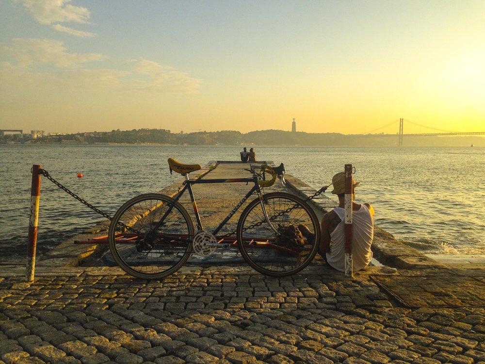 Em Lisboa o mito das 7 colinas pervaleceu durante anos e anos. Que era impossivel andar de bicicleta, isso eram coisas das outras cidades da Europa, mais planas e com climas mais apropriados. Parace que estes mitos finalmente cairam e Lisboa ,fruto da insistencia de muitos está cada vez mais ciclavel. Novas infra-estruturas mas sobretudo novas mentalidaes estão a mudar a cidade. Cada vez se vêm mais e mais ciclistas em Lisboa. As colinas afinal parece que apenas servem para nos levar a vistas bonitas. Deixaram de ser um mito.     In Lisbon the myth of the 7 hills has prevailed for years and years. The myth that it was impossible to ride a bicycle, that these were things of the other cities of Europe, flatter and with more appropriate climates. It seems that this myth has finally fallen and Lisbon, fruit of the insistence of many is increasingly ciclavel. New infrastructures, but above all new mentalities are changing the city. More and more cyclists are coming to Lisbon. The hills after all ..seem to only serve to take us to beautiful views. They ceased to be an obstacle, the myth has been proved false.