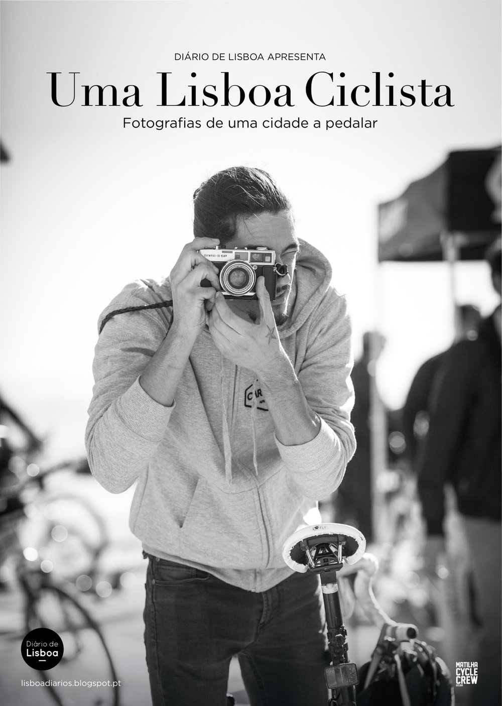 """Através destas fotografias é possível testemunhar a evolução da bicicleta em contexto urbano em Lisboa. Em 2014 foi-lhe atribuído """"Prémio Nacional de Mobilidade em Bicicleta """"Este prémio anual é promovido pela Federação Portuguesa de Cicloturismo e Utilizadores de Bicicleta (FPCUB) uma instituição que desde 1987 tanto tem feito pela promoção da bicicleta no nosso País.  Desde o inicio, já lá vão 10 anos, que no blogue """"Diário de Lisboa"""" e posteriormente no """"Uma Lisboa Ciclista"""", venho publicando fotografias de pessoas com bicicletas nas ruas de Lisboa. Este conjunto de fotografias deu origem a uma exposição que inaugurou no Vélocité Café e que entretanto já passou pelo XI Congresso Ibérico """"A Bicicleta e a Cidade"""", pelos corredores da Assembleia da República Portuguesa, pela sede da ANSR (Autoridade Nacional de Segurança Rodoviária) , pela a Agencia Portuguesa de Ambiente , pelo Ministério do Ambiente, pelo parque Ecológico de Gaia e por diversos Municípios do País.  Agradecimentos: A todos os fotografados, aos que cujas fotografias participaram na exposição e também aos que por motivos de espaço não foi possível colocar. Ao João Camolas e ao Rui Amador do Vélocité Café que inicialmente me desafiaram para fazer esta exposição, e às instituições que mostraram interesse em expor. Á Matilha Cycle Crew e à Magnésio design por toda a paciência e trabalho. Á FPCUB um agradecimento muito especial pela distinção e pelo enorme apoio dado na divulgação desta exposição.  A todos que de alguma forma têm contribuído para este blogue, agora chamado Lisbon Cycling e para a realização deste projecto que visa a promoção da utilização da bicicleta em Lisboa e no Mundo.  Muito obrigado.  AL  EXHIBITION """"LISBON CYCLIST""""  Through these photographs it is possible to witness the evolution of the bicycle in an urban context in Lisbon. In 2014 the exhibition was awarded the """"National Bicycle Mobility Award""""This annual prize is promoted by the Portuguese Cycling Federation and Bicycle Users """