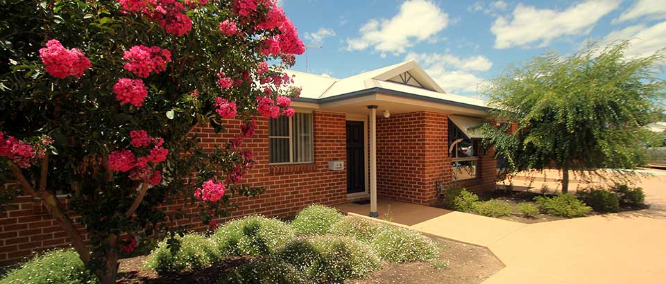 Colonial Court Villas - Colonial Court Villas 3 nights accommodation and return airfares.Colonial Court Villas offer prestige Mudgee accommodation located just minutes from the Mudgee CBD.Specialising in luxury serviced apartments, Colonial Court Villas allow you to soak in the sights and surrounds of the Mudgee countryside in style, being just minutes away from a variety of Mudgee's boutique shops, cafés, restaurants, markets, galleries and much more.ex Sydney:$488 per person – 1 bedroom villa based on twin share$395 per person – 2 bedroom villa based on a group of 4ex Newcastle:$648 per person – 1 bedroom villa based on twin share$555 per person – 2 bedroom villa based on a group of 4★★★★