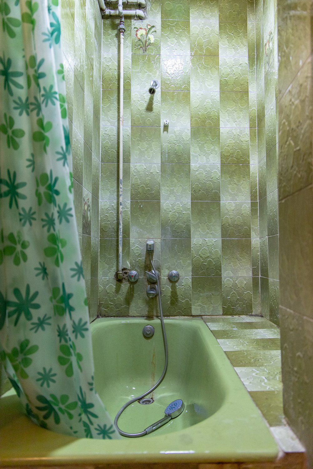 The green theme really works in the bathroom