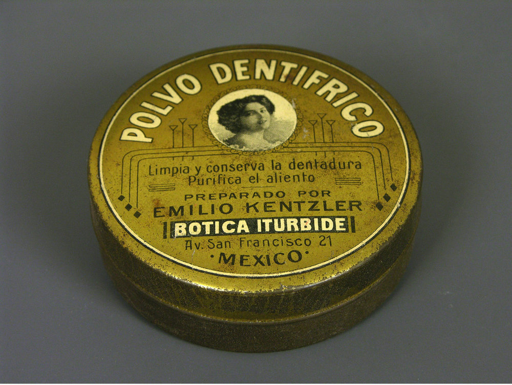 Botica Iturbide Dental Powder metal container beginning of the 20th century, Museo del Objeto del Objeto [CC BY or CC BY 3.0-2.5-2.0-1.0 (http://creativecommons.org/licenses/by/3.0-2.5-2.0-1.0)], via Wikimedia Commons