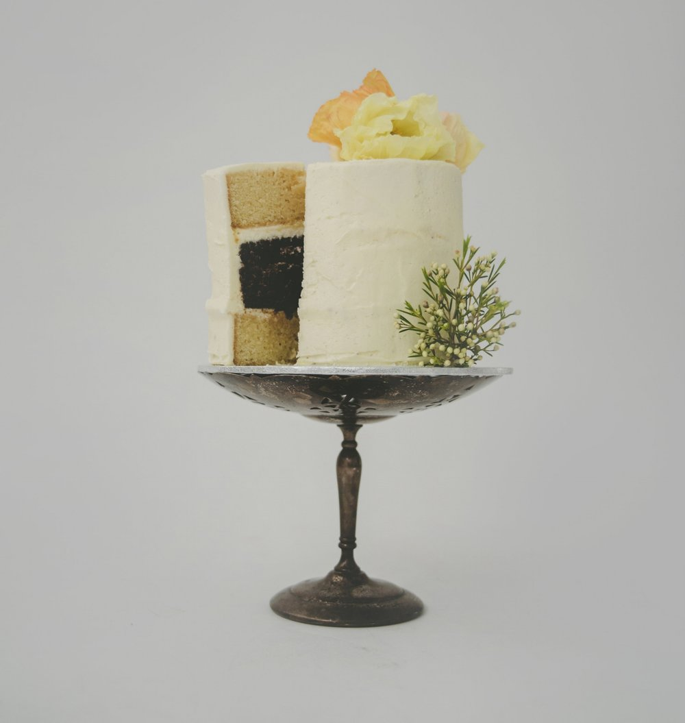 Vanilla and chocolate cake with lemon curd