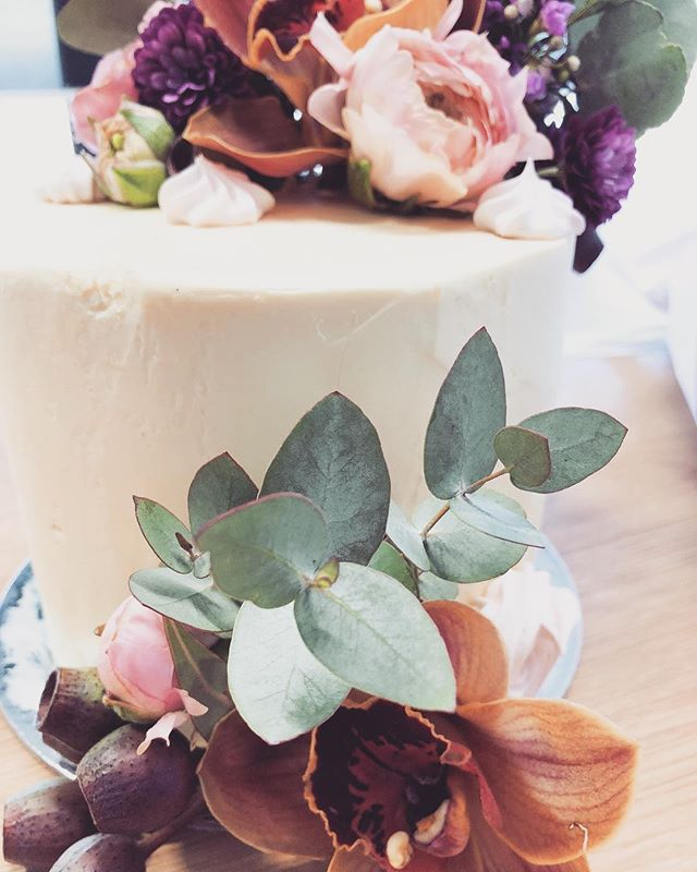 Loving this color combination. A sweet little birthday cake for a friend xx . . . . . . #melbournebaker #freelancebaker #melbournecakes #thesweethall #cakesofmelbourne #happybirthday #freshflowers #cake #australiannatives