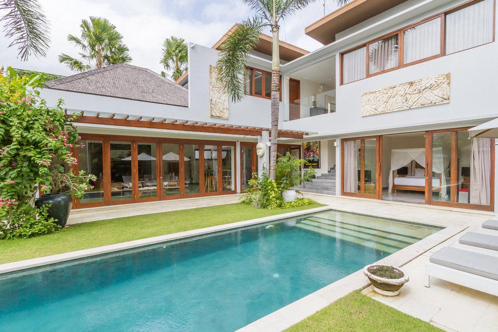 Villa moderne de 3 chambres avec une grande piscine dans un quartier calme à proximité des meilleurs endroits !