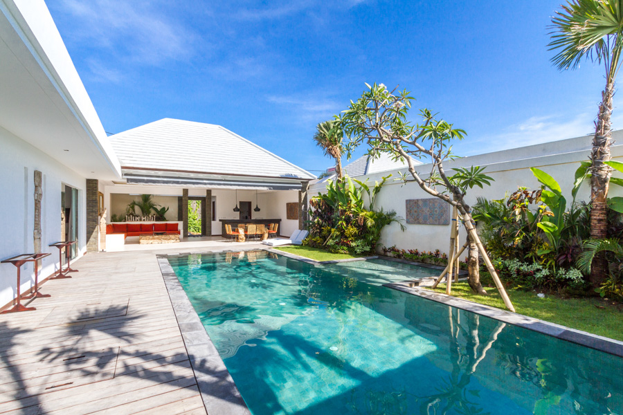 Beautiful 3 bedrooms in the center of Seminyak, modern and light-beam !