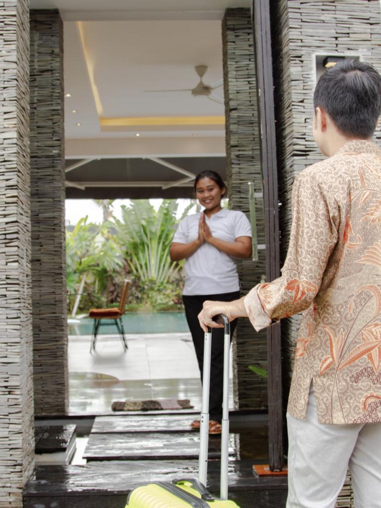 PELAYANAN TAMU - Bali Management Villas berkomitmen untuk membuat pengalaman yang mengesankan pada setiap tamu. Itulah alasan mengapa kami menerapkan standar servis yang tinggi. Dengan pengalaman yang cukup lama, kami memiliki banyak koneksi untuk memenuhi permintaan tamu. Dari penyewaan mobil, tur pariwisata, sampai ke tur helikopter, hal tersebut dapat diurus dengan mudah. Setiap tamu akan diberikan kartu SIM Indonesia agar dapat mengontak Villa Manager 24/7 apabila mereka memiliki permintaan atau permasalahan khusus. Kami akan selalu berusaha untuk mengatasi segala permintaan dan permasalahan tamu agar mereka mendapatkan kenyamanan yang maksimal