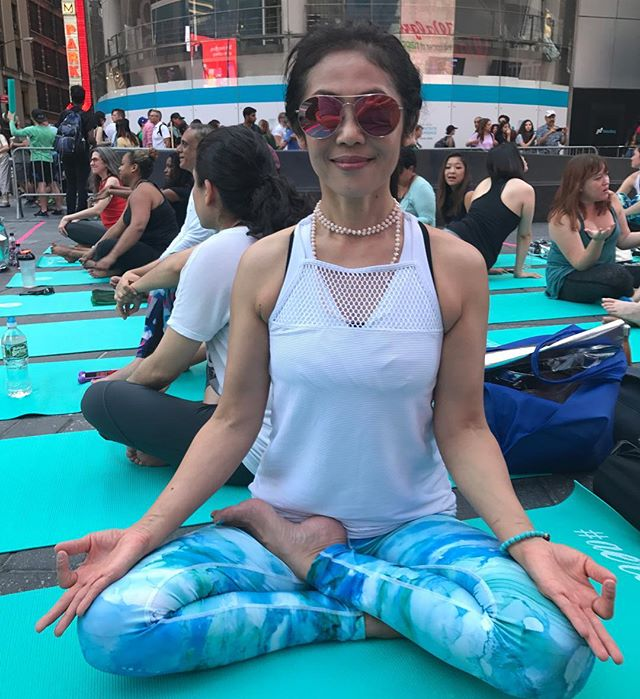 Having fun with hundreds of people ❤️🕉🙏 #airbeautifulbysnow #airbeautiful #travelwellness #traveltips #travel #selfcaretips #relaxationtips #joyoflife #joy #yoga #summersolstice #timessquare
