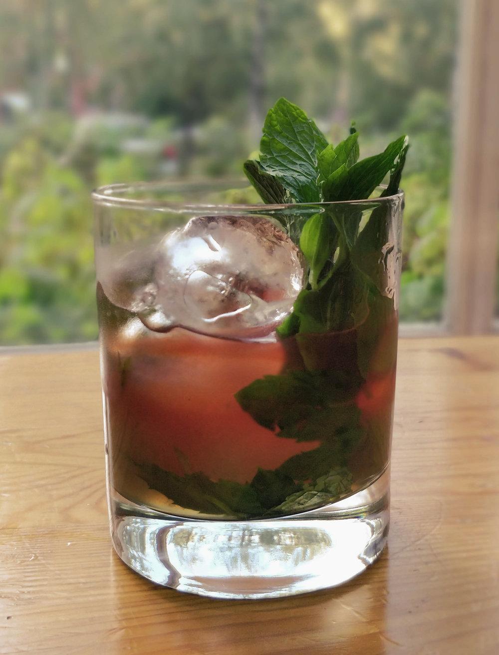 Yrttiset cocktailit -