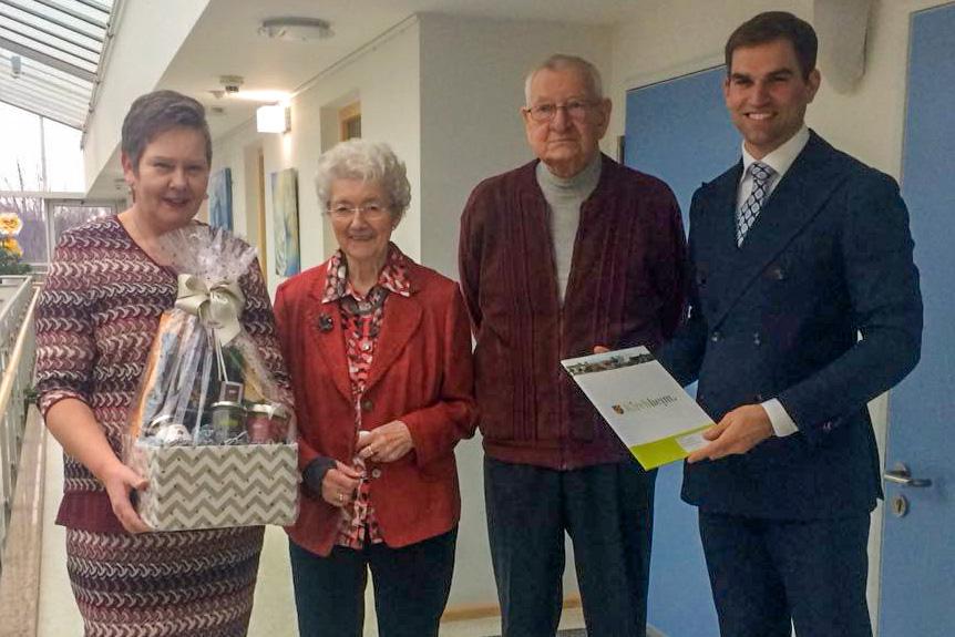 Gerti Bellmann zusammen mit dem Ehepaar Martha und Jürgen Huß sowie dem Bürgermeister der Stadt Kirchheim Maximilian Böltl