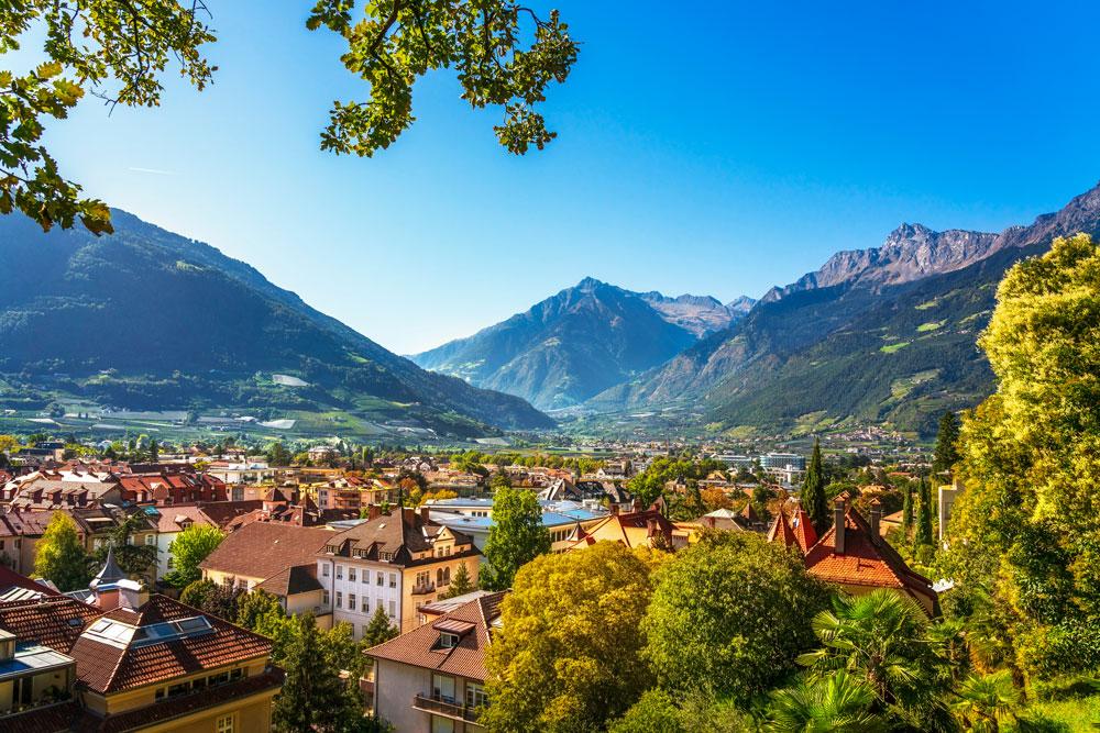 Blick auf Meran vom Tappeinerweg: Eine etwa 6 km lange Promenade in der Südtiroler Stadt und der erhöht darüber gelegenen Gemeinde Tirol. Bild: shutterstock.com/StevanZZ
